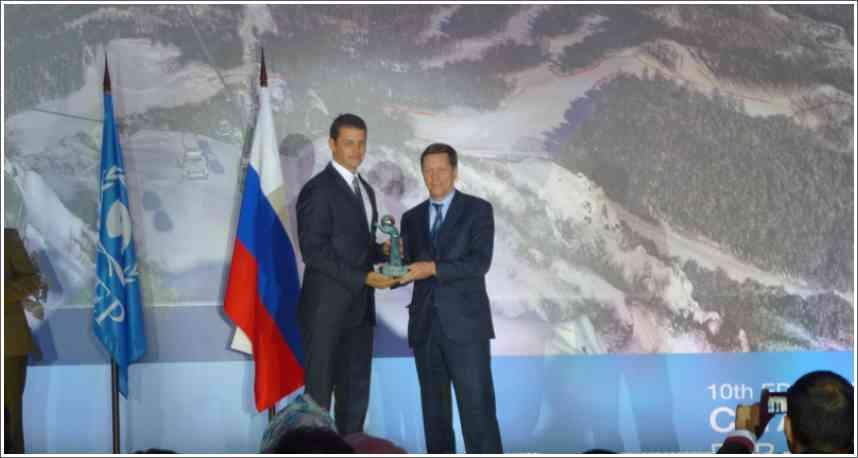 Generalni Sekretar OKS Djordje Visacki Prima nagradu MOK koju mu urucuje Predsednik Olimpijskog Komiteta Rusije Aleksandar Zukov